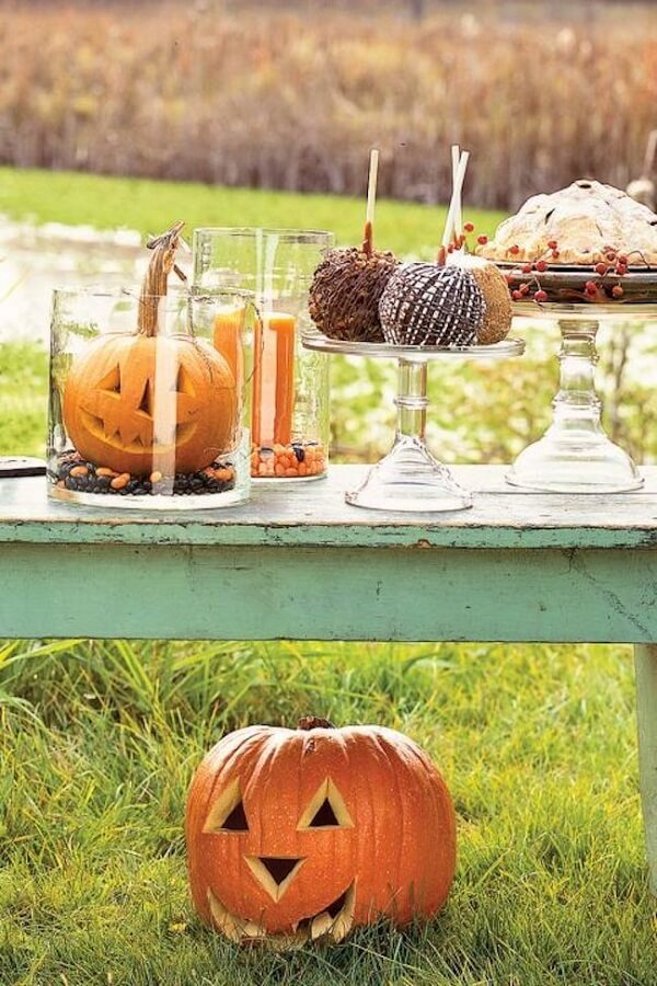 Get inspired by this outdoor halloween pumpkin photo