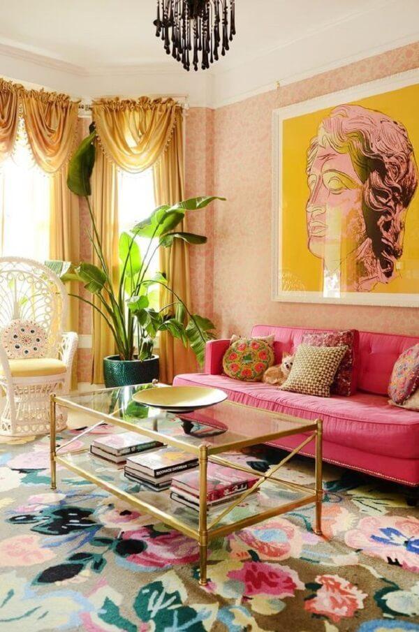 Sofá rosa e mesa de centro estilo retrô com acabamento em dourado é pura sofisticação