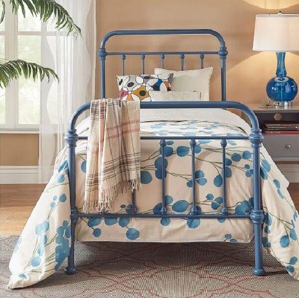 Traga cor para o quarto incluindo uma cabeceira de ferro solteiro azul