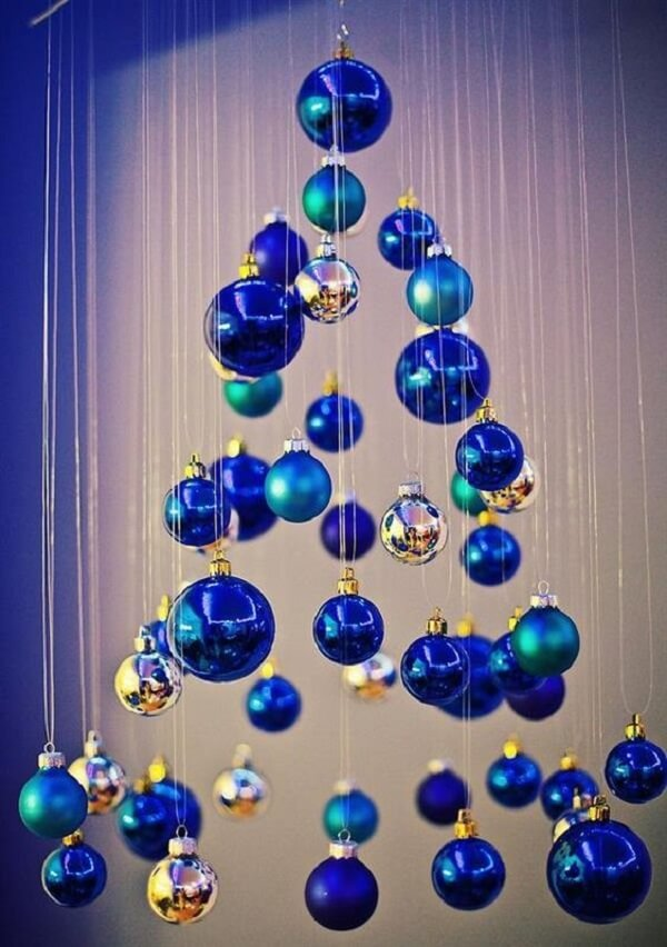 Use your creativity to build a beautiful blue Christmas tree with Christmas balls