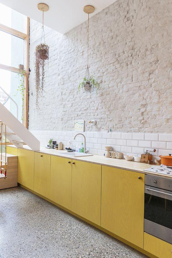 Cozinha com armário amarelo pastel