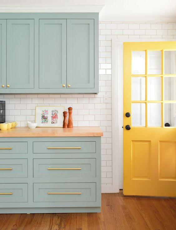 Armário de cozinha azul claro e porta amarelo pastel