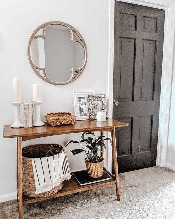Aparador para corredor na entrada de casa com decoração rústica
