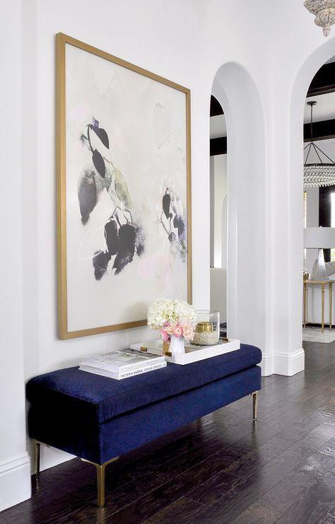 Aparador para corredor azul com quadro preto e branco