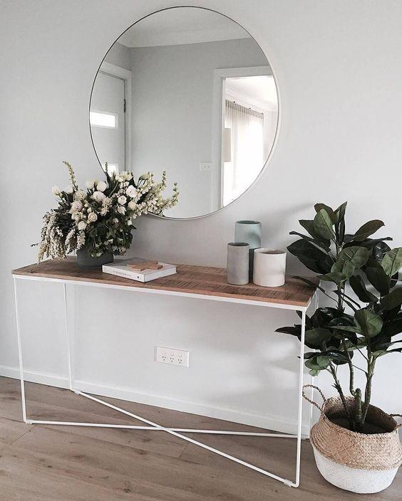 Aparador para corredor branco e madeira com vasos de plantas no vaso