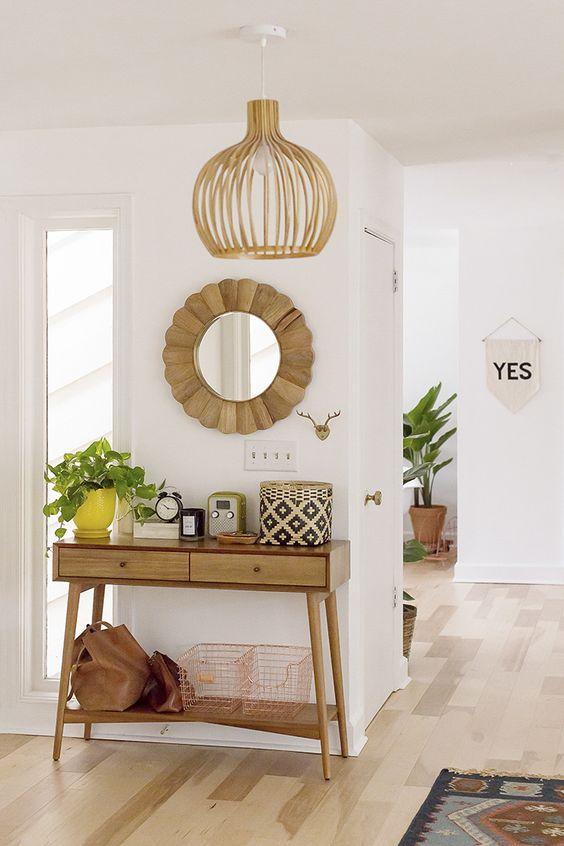 Decoração rústica com aparador para corredor de madeira