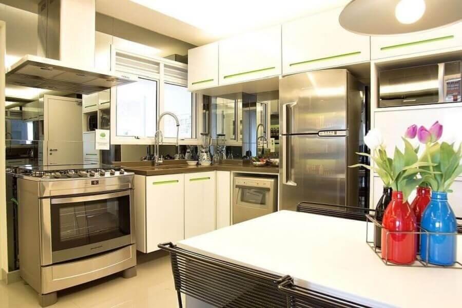 armário de canto para cozinha branca com puxadores verdes Foto Pinterest