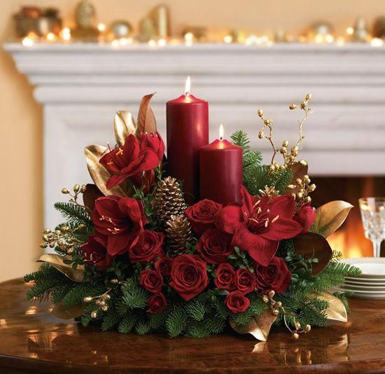 Arranjo com flores vermelhas e vela de enfeites de natal para mesa