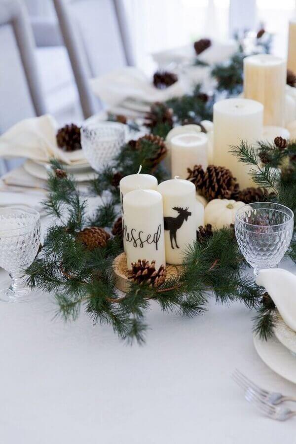 arranjo natalino para mesa com pinhas e velas Foto Fashionable Hostess