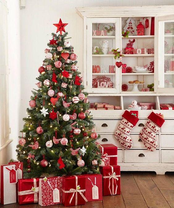 Decoração com árvore de natal vermelha