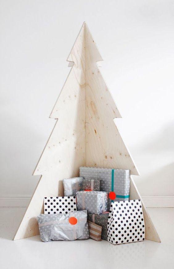 Árvore de natal de madeira com presentes abaixo