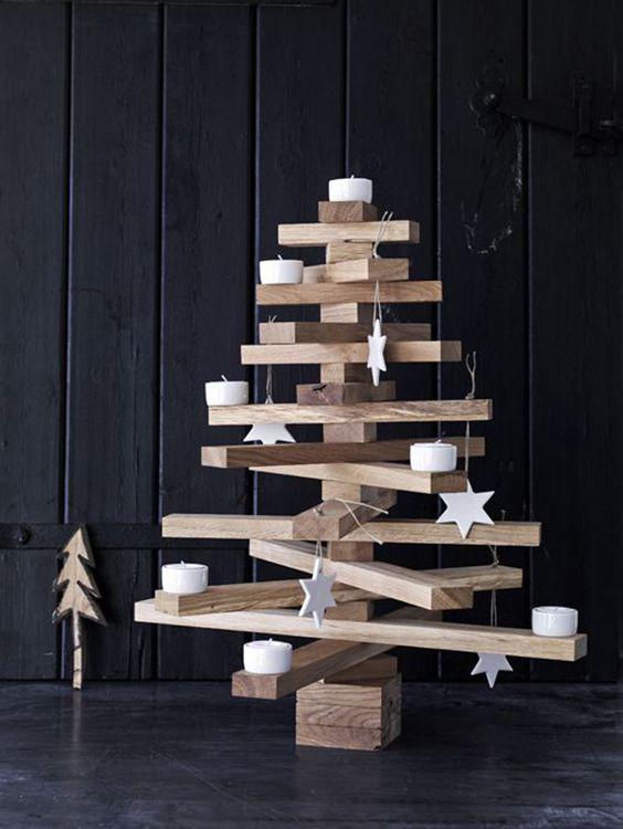 Árvore de natal de madeira com estrelas brancas
