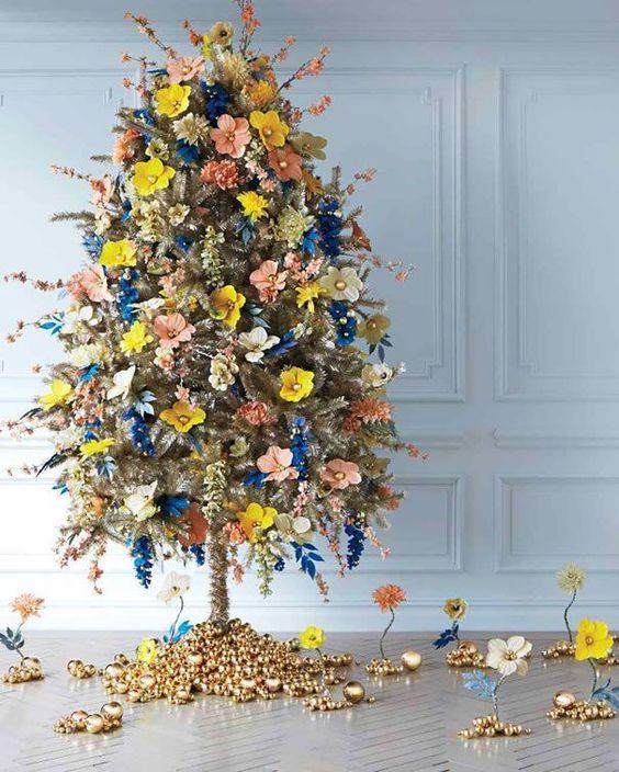 Árvore de natal diferente decorada com flores
