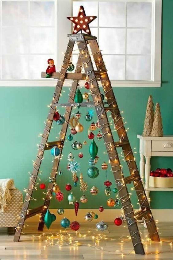 Escada com árvore de natal iluminada