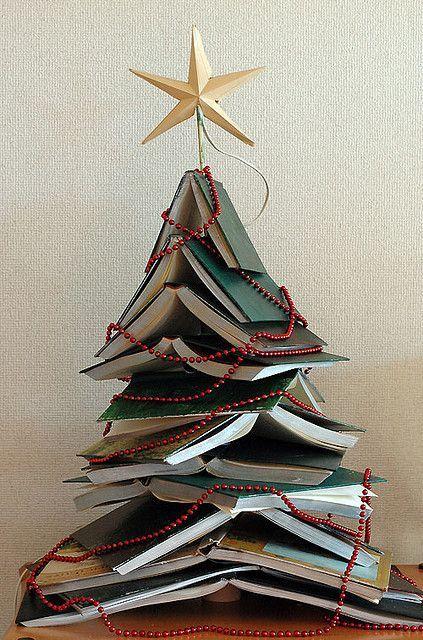 Árvore de natal diferente feita com livros