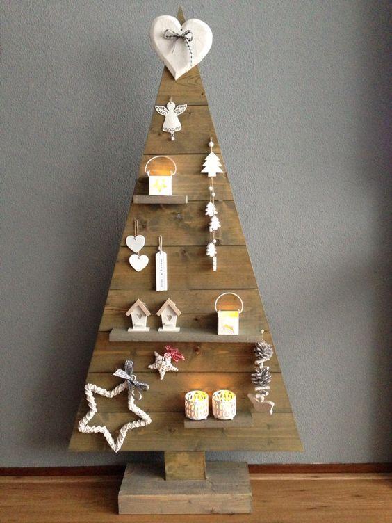 Árvore de natal diferente de madeira com estante