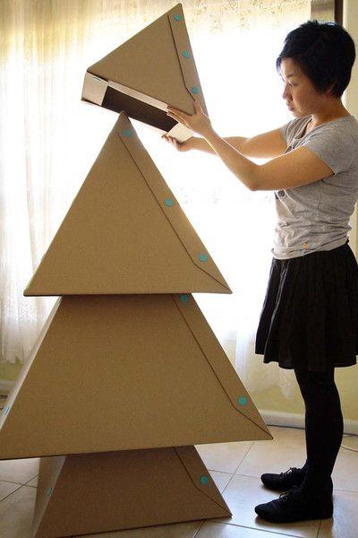 Árvore de natal diferente feita de papelão