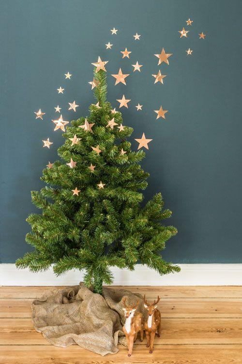 Árvore de natal diferente decorada com estrelas