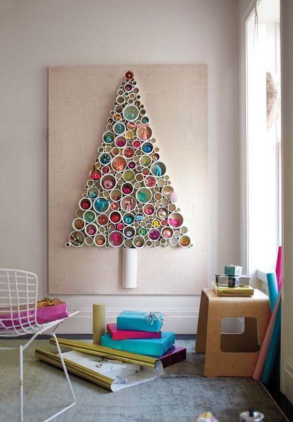 Árvore de natal diferente e colorida na parede
