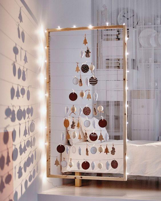 Árvore de natal diferente na parede de casa