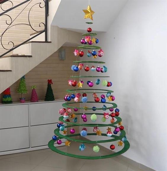 Árvore de natal diferente e suspensa