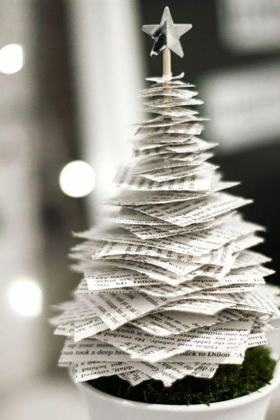 Árvore de natal diferente feita com folhas de livro