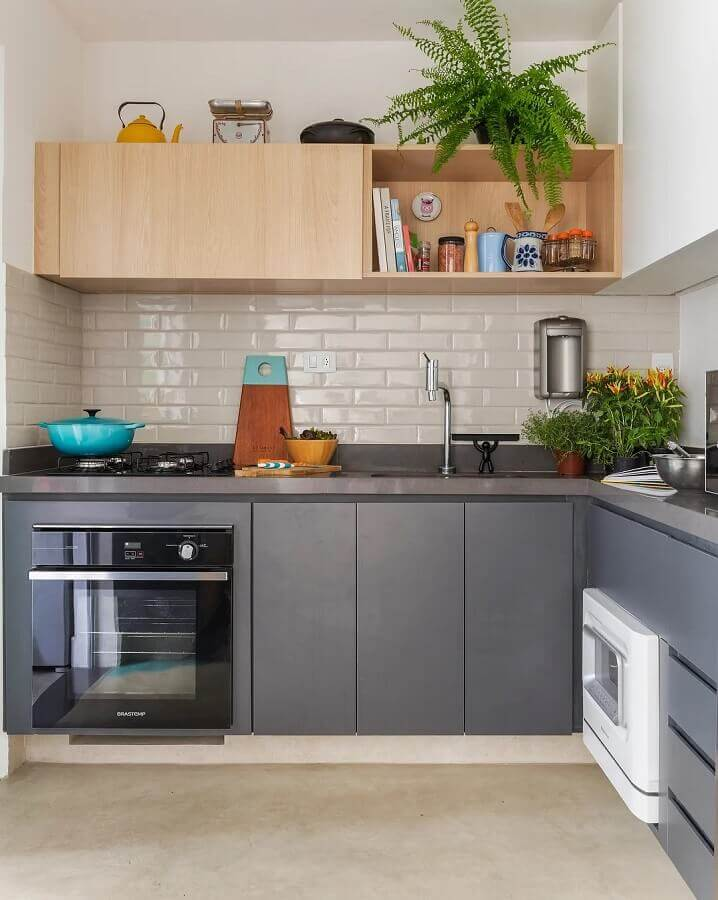 balcão de cozinha de canto cinza com armário aéreo de madeira Foto SP Estúdio Arquitetura