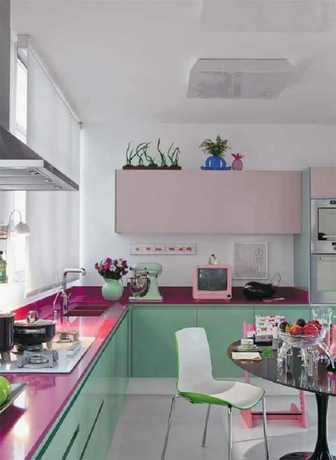 bancada cor de rosa para cozinha de canto planejada com gabinete verde menta Foto Deavita