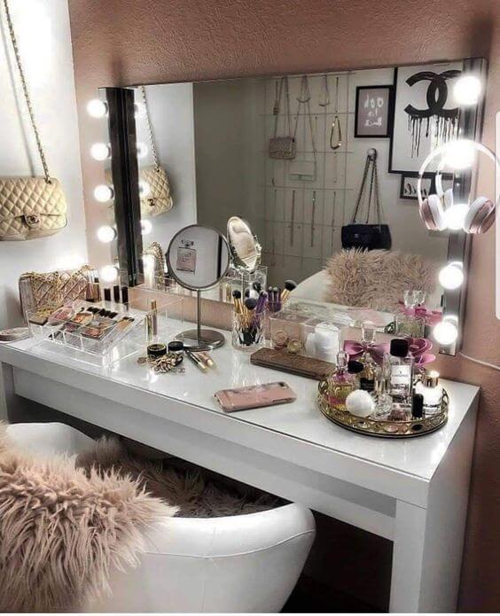 Bancada de maquiagem com espelho de mesa
