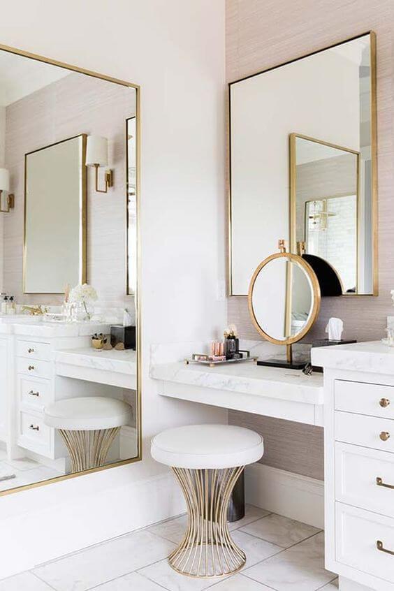 Bancada de maquiagem com espelho dourado de mesa