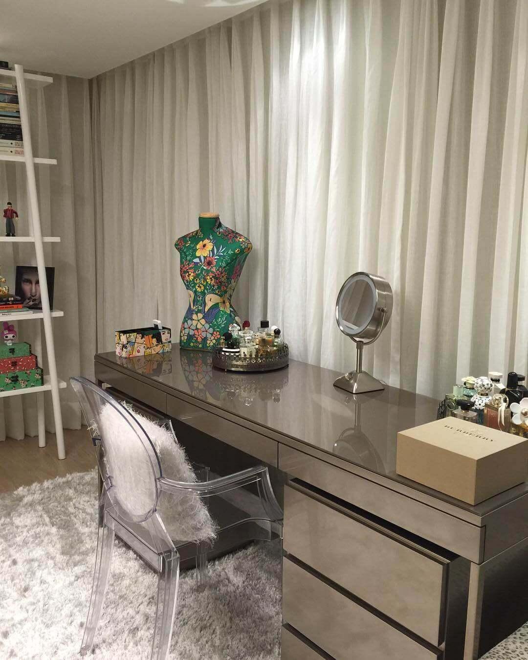 Penteadeira organizada com espelho de mesa