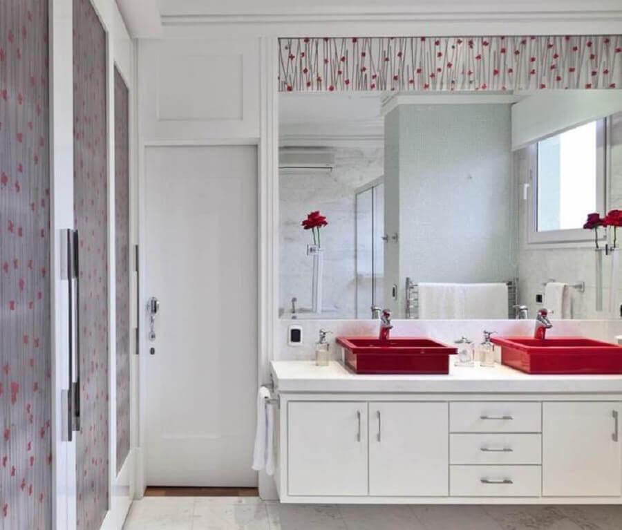 banheiro branco decorado com cuba para banheiro vermelha Foto Archilovers
