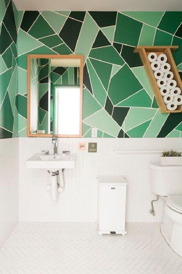 banheiro branco decorado com revestimento de parede geométrica verde  Foto Etsy