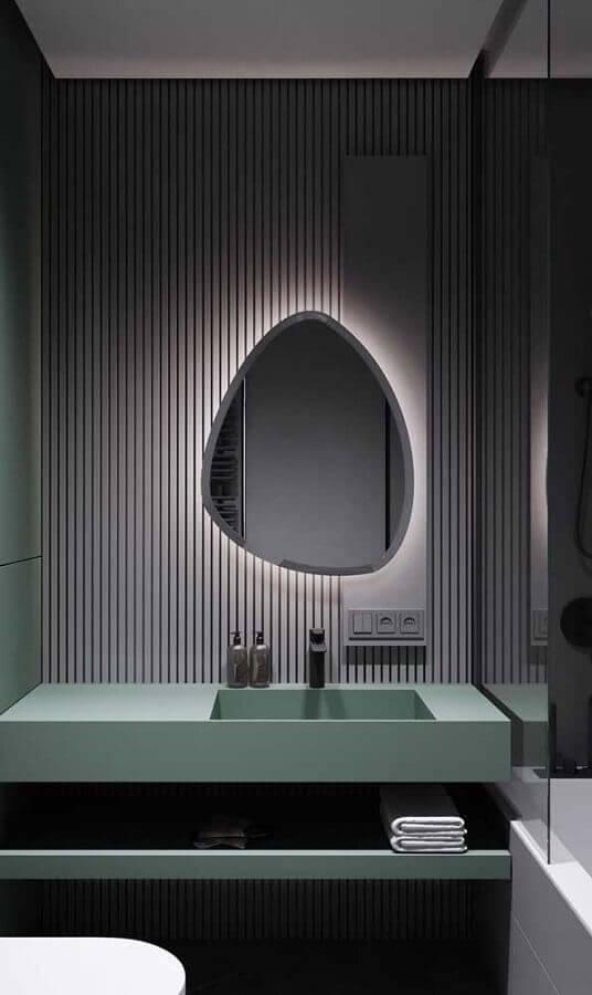 banheiro cinza moderno decorado com espelho sem moldura com design diferente Foto Futurist Architecture