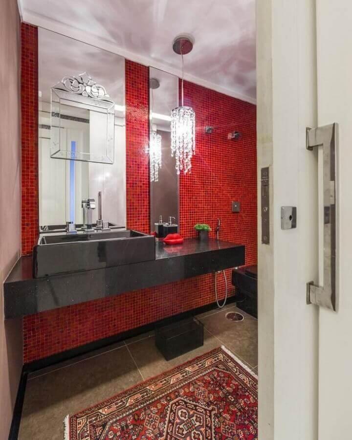 banheiro com pastilha vermelha decorado com bancada planejada preta Foto Pinterest
