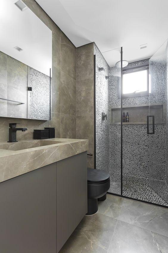 Banheiro com pedras seixos