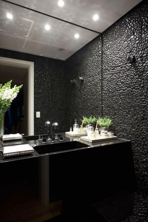 Banheiro com pedra seixo preta