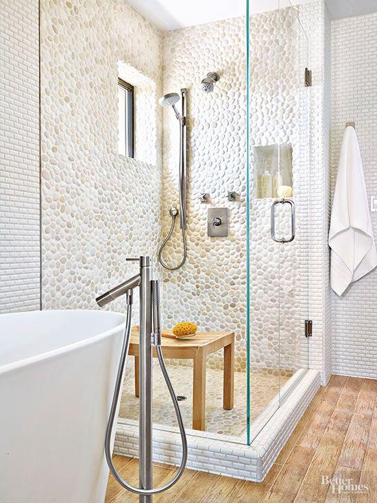 Banheiro com revestimento pedras seixos