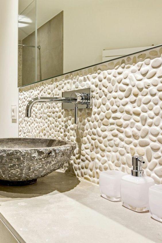 Banheiro com revestimento seixos branco