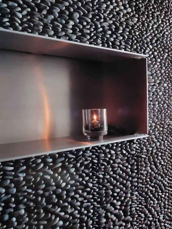 Banheiro com pedra seixo cinza