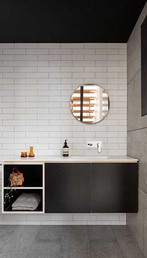 Banheiro moderno decorado com espelho redondo sem moldura e parede de subway tile Foto Home Fashion Trend