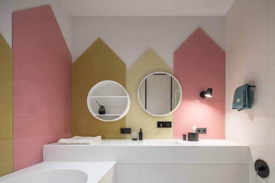 banheiro moderno decorado com parede geométrica branca e rosa  Foto Behance