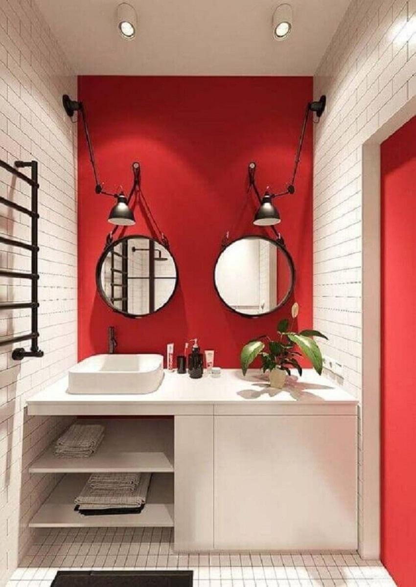 banheiro pequeno vermelho e branco decorado com espelho adnet  Foto Apartment Therapy