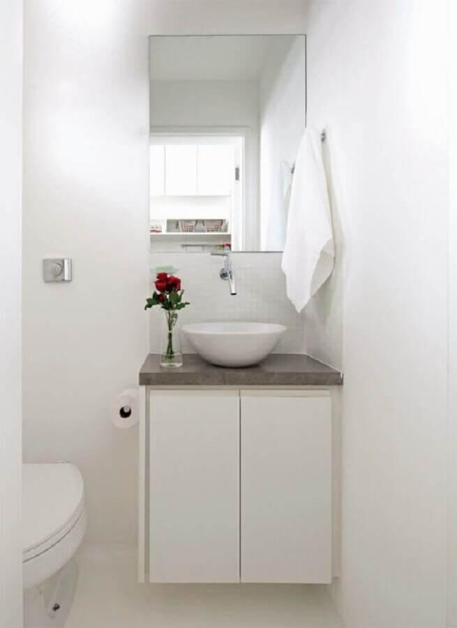 banheiro simples branco decorado com espelho sem moldura Foto Pinterest