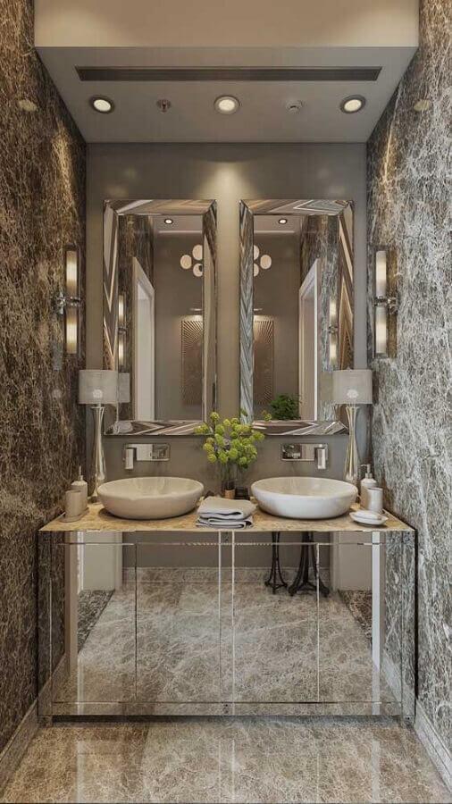 banheiro sofisticado decorado com espelho de parede sem moldura e gabinete espelhado Foto Behance