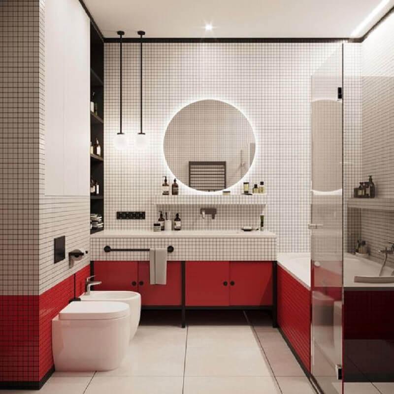 banheiro vermelho e branco moderno decorado com espelho redondo com luz Foto Apartment Therapy