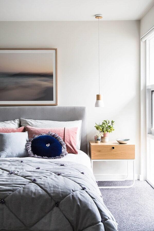 cabeceira cinza para quarto feminino decorado com criado mudo minimalista Foto Houzz