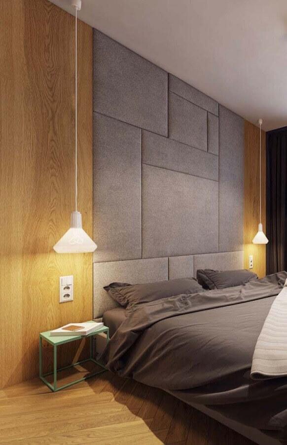cabeceira estofada cinza até o teto para decoração de quarto de casal moderno  Foto Home Fashion Trend