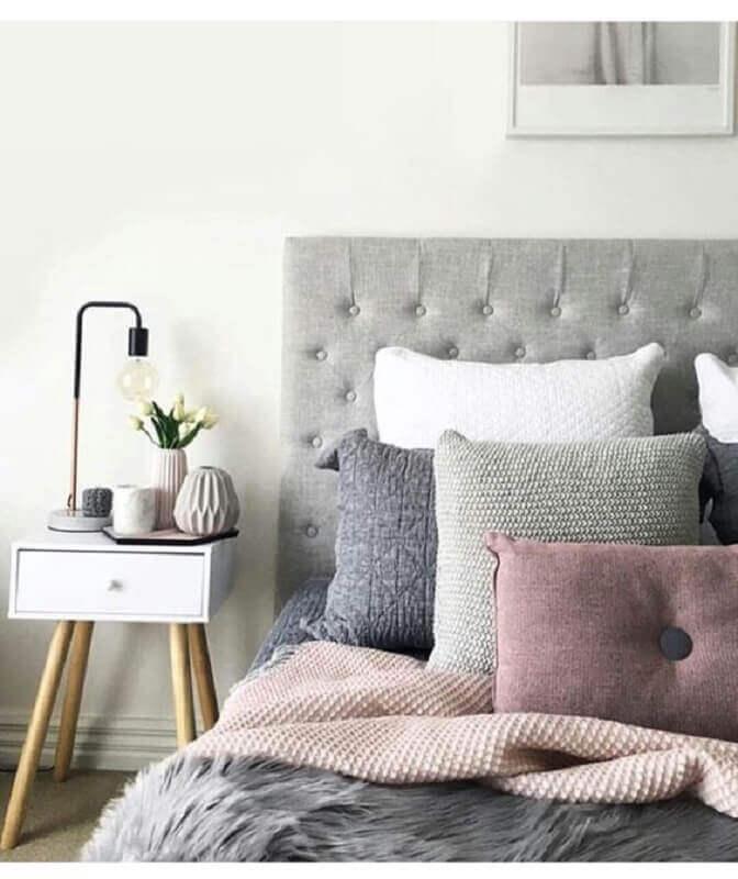 cabeceira estofada cinza para decoração de quarto com criado mudo retro  Foto Jeito de Casa