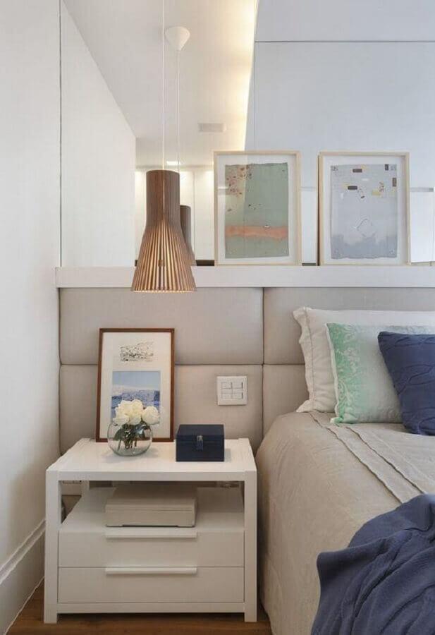 cabeceira estofada cinza para quarto decorado com luminária pendente rústica  Foto Apartment Therapy